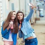 Подруги битника принимая selfie в городском городе Стоковые Изображения RF