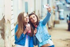 Подруги битника принимая selfie в городском городе Стоковое Изображение RF
