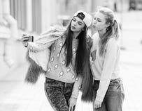 Подруги битника принимая selfie в городском городе Стоковые Фотографии RF