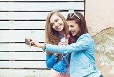 Подруги битника принимая selfie в городском городе Стоковые Фото