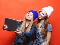 Подруги битника принимая selfie с цифровой таблеткой, студией Стоковая Фотография RF