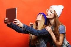 Подруги битника принимая selfie с цифровой таблеткой, студией Стоковое Изображение RF