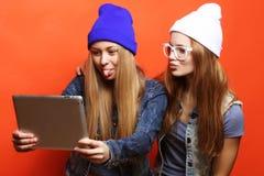 Подруги битника принимая selfie с цифровой таблеткой, студией Стоковое Фото