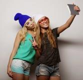 2 подруги битника принимая selfie Стоковые Фотографии RF