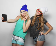 2 подруги битника принимая selfie Стоковая Фотография