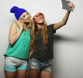 2 подруги битника принимая selfie Стоковые Изображения