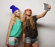 2 подруги битника принимая selfie Стоковая Фотография RF