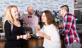 Подруги вися вне в баре Стоковое Изображение
