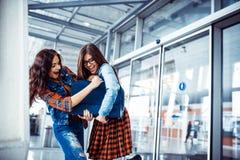 2 подруги встречая в earoporti Искусство обрабатывая и ретуширует Стоковое Фото