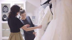 Подруги выбирают мантию свадьбы на bridal s акции видеоматериалы
