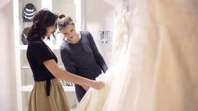 Подруги выбирают мантию свадьбы сток-видео