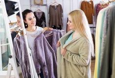 Подруги выбирая теплую куртку Стоковые Изображения RF