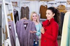 Подруги выбирая теплую куртку Стоковая Фотография