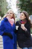 Подруги выпивая кофе и злословить Стоковое Фото