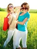 2 подруги в длинних платьях, совместно outdoors Стоковое фото RF