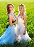 2 подруги в длинних платьях, совместно outdoors Стоковая Фотография