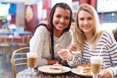 Подруги в кафе Стоковая Фотография