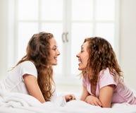 Подруги в кровати Стоковая Фотография