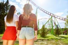 Подруги в парке атракционов Стоковая Фотография RF