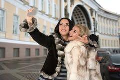2 подруги в перемещении вокруг России и сфотографированы Стоковая Фотография RF