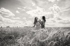 2 подруги в поле Стоковые Фото