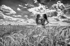 2 подруги в поле Стоковая Фотография