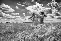 2 подруги в поле Стоковое Изображение