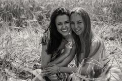 2 подруги в поле Стоковые Изображения RF
