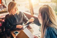 2 подруги в ресторане выбирая еду в меню Стоковое фото RF
