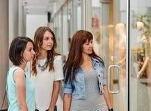 Подруги в торговом центре Стоковые Изображения RF