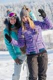 2 подруги в усмехаться гор снега зимы Стоковая Фотография
