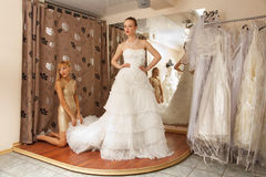 2 подруги в bridal бутике Стоковые Фото