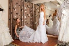 2 подруги в bridal бутике Стоковое Изображение RF
