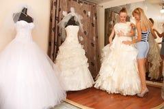 2 подруги в bridal бутике Стоковое Фото