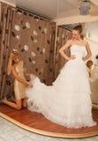 2 подруги в bridal бутике Стоковые Изображения RF