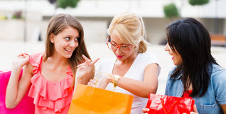 Подруги говоря после ходить по магазинам Стоковая Фотография