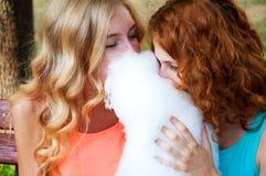 2 подруги есть конфету хлопка Стоковая Фотография RF