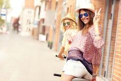 2 подруги ехать тандемный велосипед Стоковое Фото