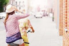 2 подруги ехать тандемный велосипед Стоковые Изображения RF