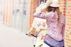 2 подруги ехать тандемный велосипед Стоковое фото RF