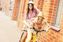 2 подруги ехать тандемный велосипед Стоковое Изображение RF