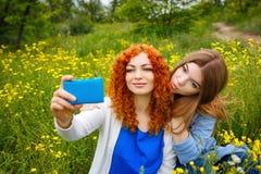 Подруги делая selfie Стоковое Фото