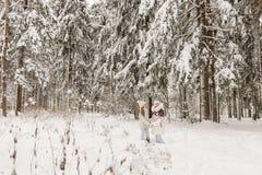 2 подруги играя в лесе зимы Стоковое Изображение