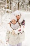 2 подруги играя в лесе зимы Стоковое Изображение RF