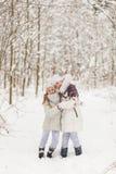 2 подруги играя в лесе зимы Стоковая Фотография