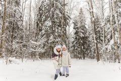2 подруги играя в лесе зимы Стоковая Фотография RF