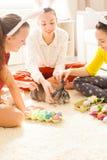 Подруги играя с кроликом Стоковое Изображение