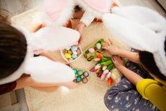 Подруги играя с кроликом Стоковая Фотография
