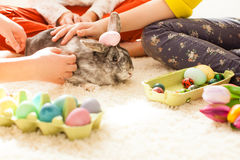 Подруги играя с кроликом Стоковые Фото