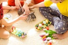 Подруги играя с кроликом Стоковое Фото